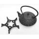 Żeliwny czarny dzbanek z tłoczeniami + podstawka - 1200ml